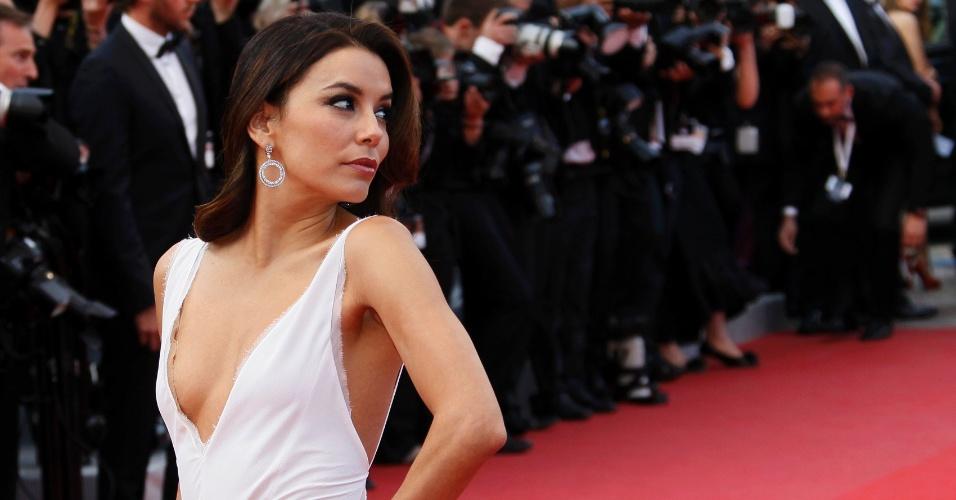 """A atriz Eva Longoria, que ficou conhecida pela série """"Desperate Housewives"""", exibe decote no tapete vermelho da estreia do filme """"De Rouille et d'Os"""", em Cannes (17/5/12)"""