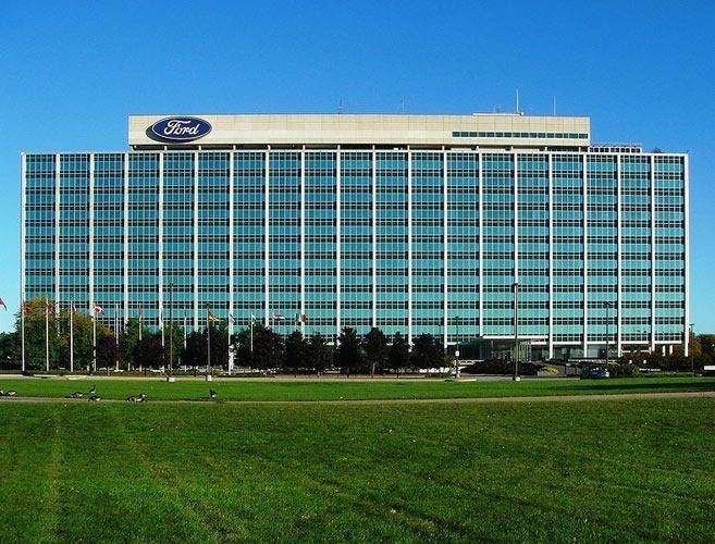 """Conhecido como """"Glass House"""", o edifício da foto abriga a matriz da Ford na cidade de Davenport, em Illinois, nos EUA. Trata-se da matriz porque ali é a sede da empresa, que tem filiais espalhadas no mundo todo. E já que a matriz em questão, fica na America do Norte, você sabe como se diz matriz em inglês?"""