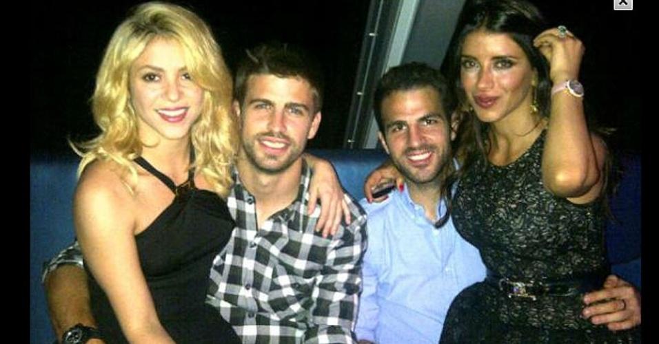Mai.2012 - Ao lado do casal Fábregas, Piqué postou foto com a namorada Shakira durante a despedida de Guardiola