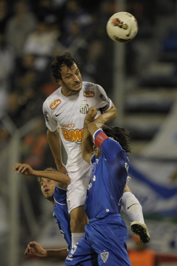 Edu Dracena salta para tentar afastar a bola em jogada pelo alto do Vélez Sarsfield