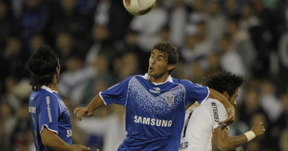 Gino Peruzzi disputa jogada pelo alto com Neymar durante jogo entre Vélez Sarsfield e Santos