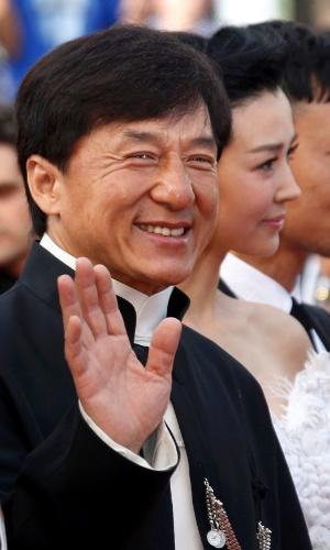 """Jackie Chan acena para fotógrafos na chegada à estreia do filme """"De Rouille et d'Os"""" no Festival de Cannes 2012 (17/5/12)"""