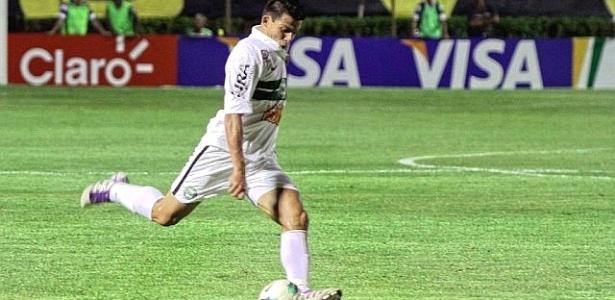 Lateral-direito Ayrton, do Coritiba, durante jogo com o Vitória, em Salvador (16/05/2012)