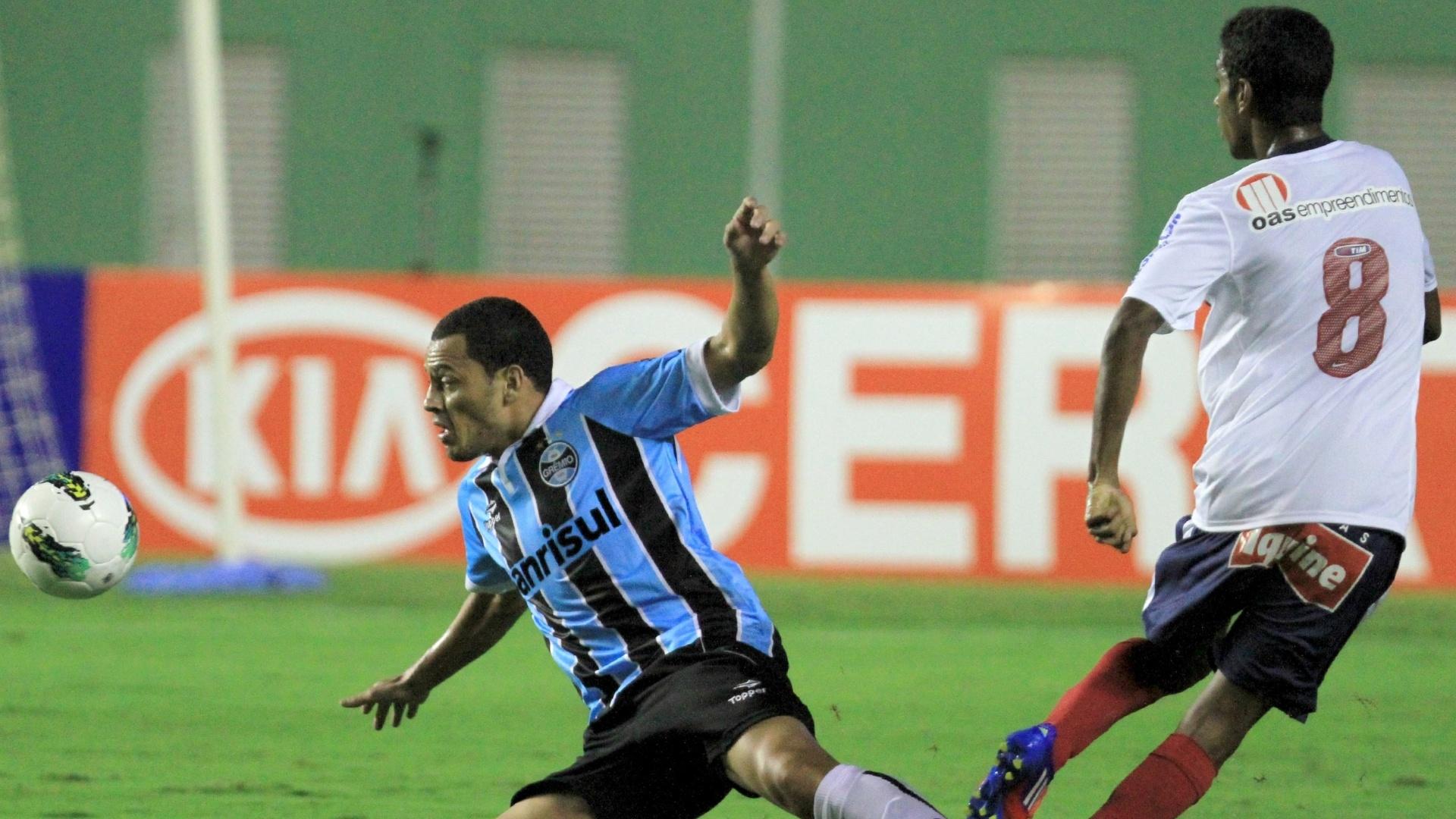 Léo Gago, do Grêmio, entra de carrinho sobre Gabriel, do Bahia