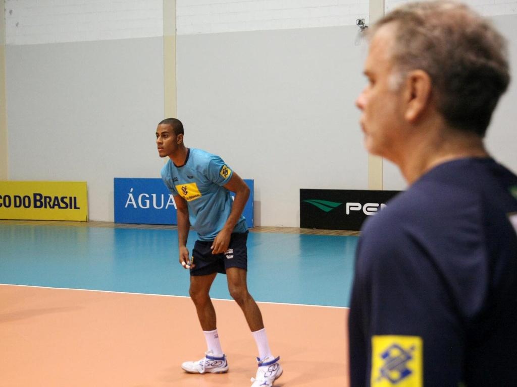 Lucarelli é observado por Bernardinho em treino para a Liga Mundial de vôlei
