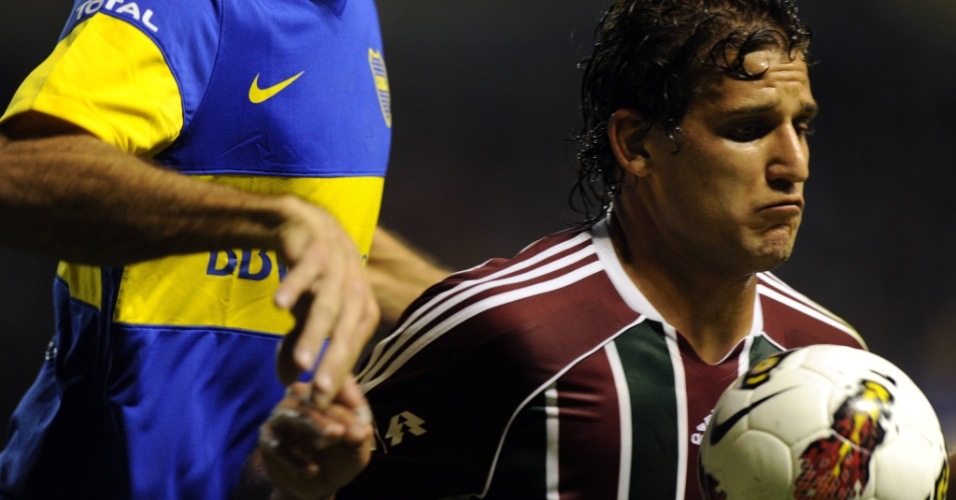Mesmo marcado, Rafael Moura tenta dominar a bola no peito em lance de jogo contra o Boca Juniors