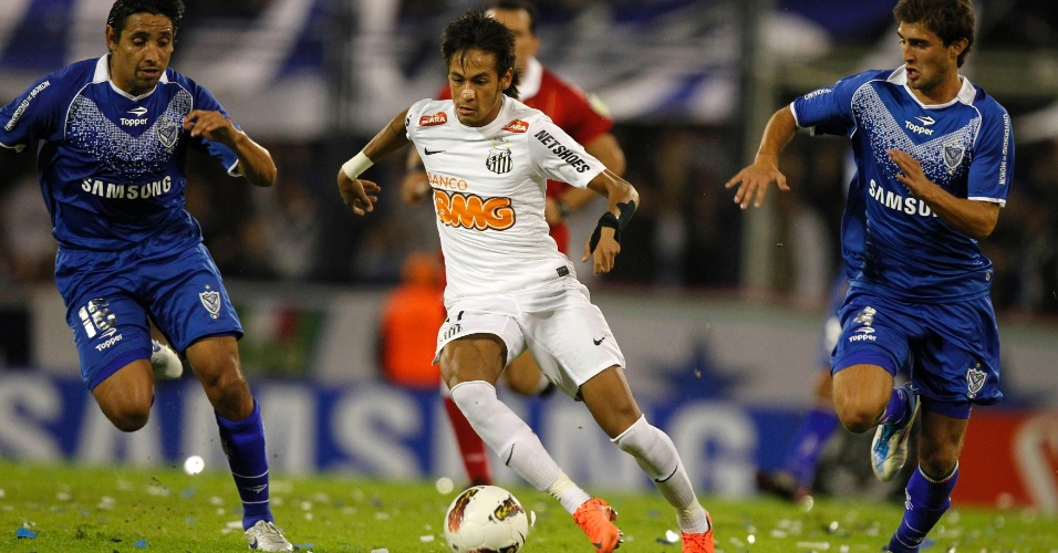 Neymar parte com a bola dominada e tenta criar jogada ofensiva para o Santos contra o Vélez Sarsfield