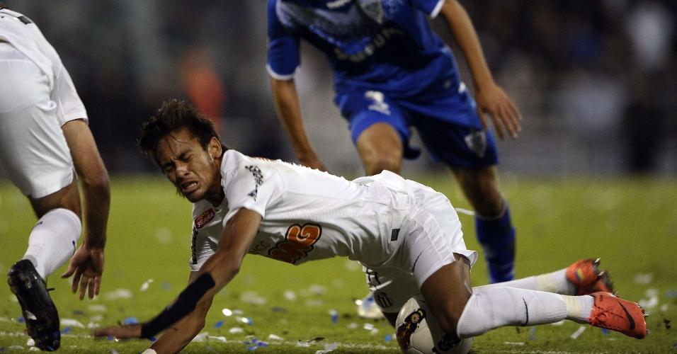Neymar sofre falta e fica no chão em partida contra o Vélez Sarsfield