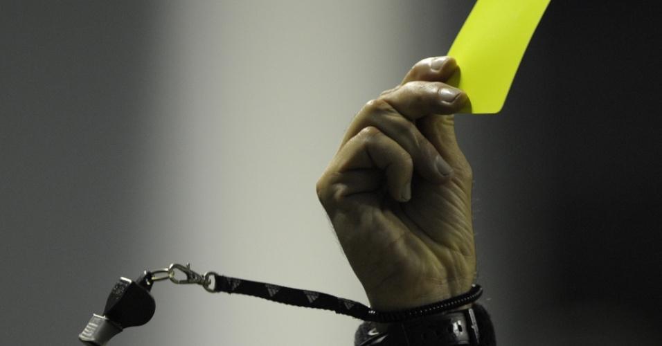 O árbitro Jose Buitrago exibe o cartão amarelo a jogador do Fluminense durante o jogo contra o Boca Juniors