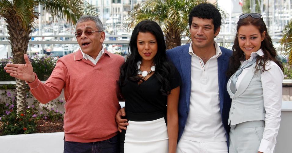 """O director Yousry Nasrallah e os atores Nahed El Sebai, Bassem Samra e Menna Shalaby durante fotos em divulgação do filme """"Baad El Mawkeaa"""" em competição no Festival de Cannes 2012 (17/5/12)"""