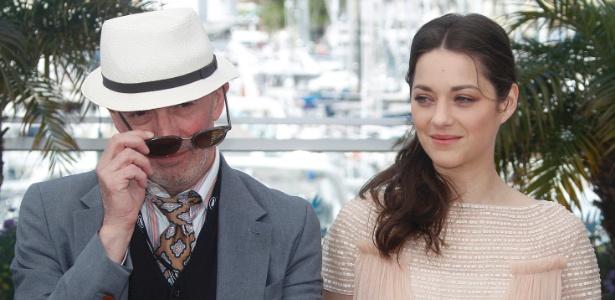 """O diretor de """"De rouille et d'os"""", Jacques Audiard, ao lado da atriz Marion Cotillard, que interpreta Stéphanie no longa que foi exibido no segundo dia do Festival de Cannes 2012 (17/5/12)"""