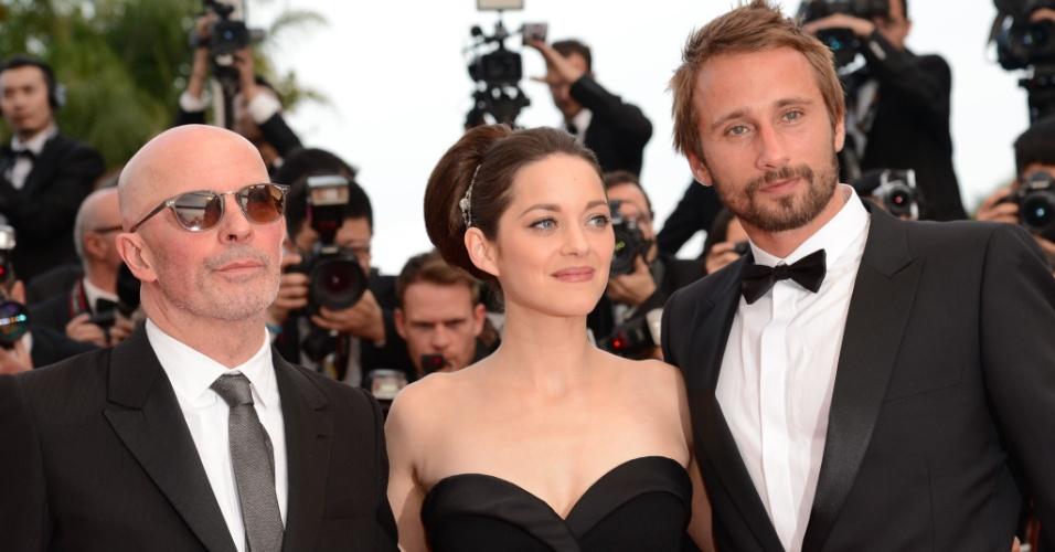 """O diretor francês Jacques Audiard, a atriz francesa Marion Cotillard e o ator belga Matthias Choenaerts chegam para a estreia do filme """"De Rouille et D'Os"""" no Festival de Cannes 2012 (17/5/12)"""