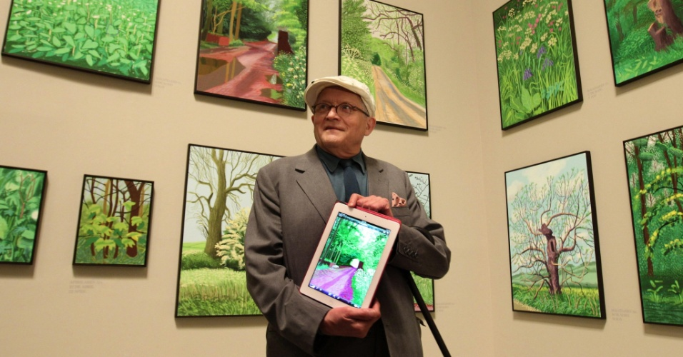 O pintor brit&#226;nico David Hockney, 74, consagrado pelos seus quadros de paisagens, exp&#245;e algumas de suas obras criadas com um iPad