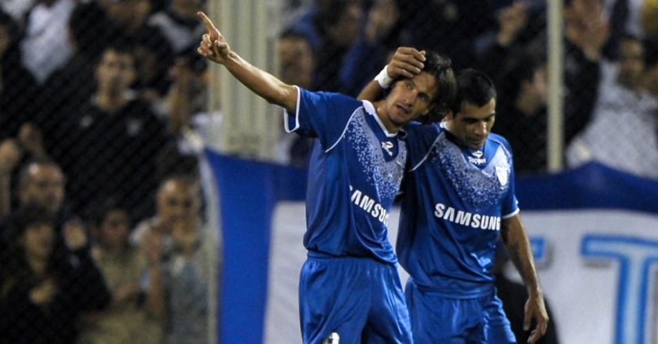 Obolo (e) comemora após abrir o placar para o Vélez Sarsfield contra o Santos