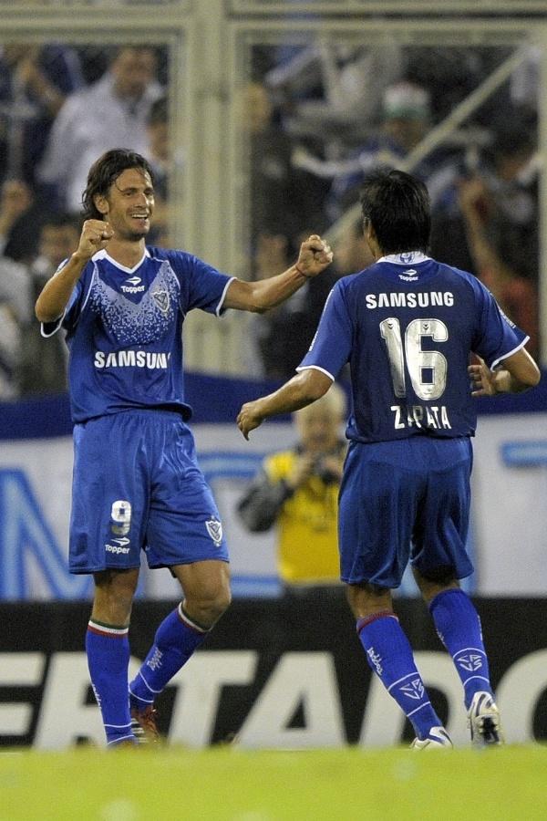 Obolo (nº 9) comemora após abrir o placar para o Vélez Sarsfield contra o Santos