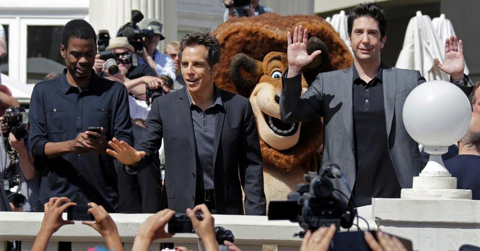 """Os atores Chris Rock,  Ben Stiller e David Schwimmer, que dublam a zebra Marty, o leão Alex e a girafa Melmam, respectivamente, posam ao lado de bonecos dos personagens durante divulgação do filme """"Madagascar 3: Os Procurados"""", em Cannes (17/5/12)"""