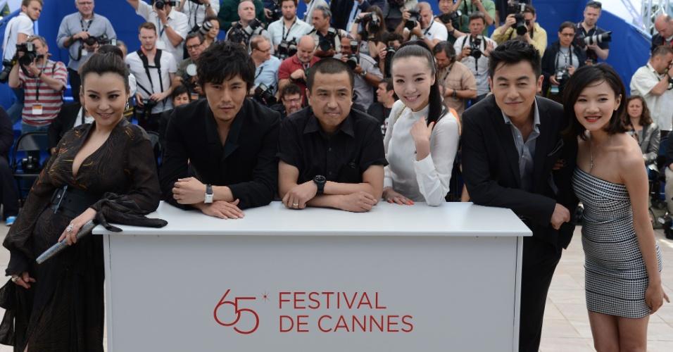"""Da esq. para a dir.: Os atores chineses Hao Lei, Qin Hao, o diretor Lou Ye e os atores Qi Xi, Zhu Yawen e Chang Fangyuan posam para foto durante exibição do filme """"Mistery"""" apresentado na mostra """"Um Certo Olhar"""" do Festival de Cannes 2012 (17/5/12)"""