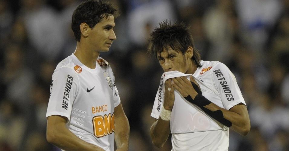 Paulo Henrique Ganso e Neymar lamentam gol sofrido pelo Santos no primeiro tempo contra o Vélez