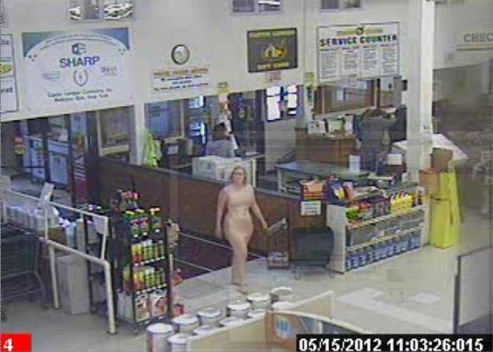 Presa mulher que entrava nua em lojas de ferramentas nos EUA