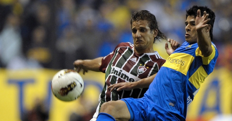 Roncaglia (d), do Boca Juniors, disputa jogada com o atacante Rafael Moura, do Fluminense