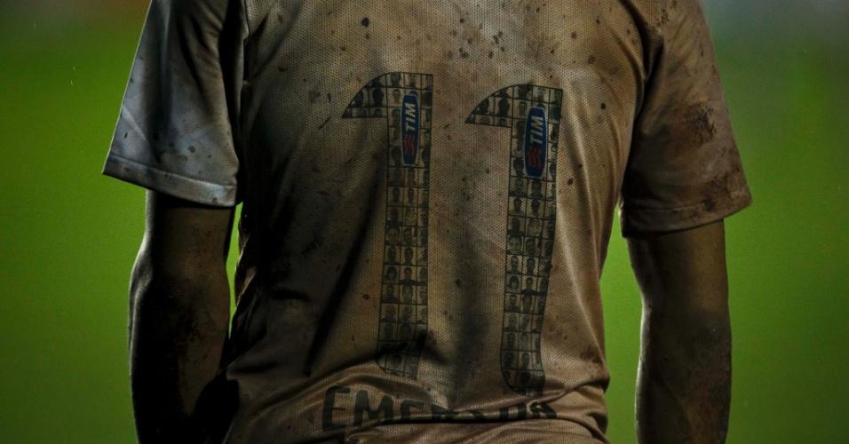 Uniforme de Emerson Sheik ficou completamente sujo por conta do estado ruim do gramado de São Januário