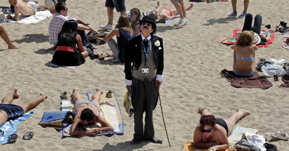 Vestido de Charlie Chaplin, um homem passeia pelas praia de Cannes durante o 65º Festival de Cannes (17/5/12)