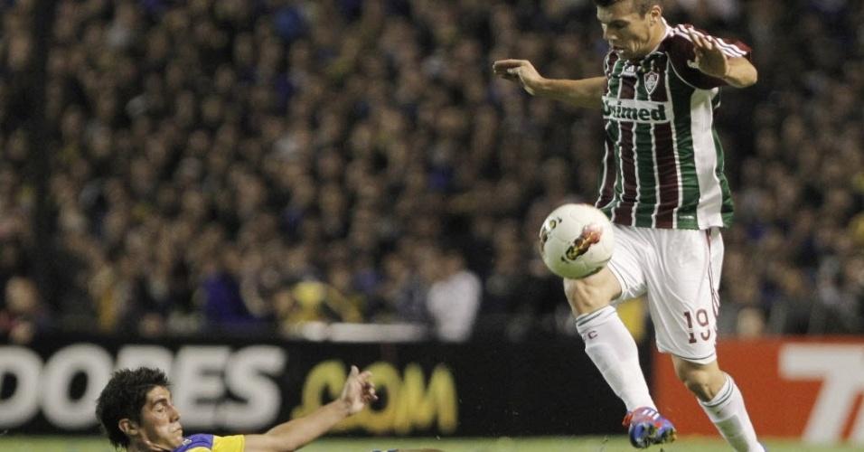 Wagner, do Fluminense, salta para escapar de carrinho dado por Erbes, do Boca Juniors