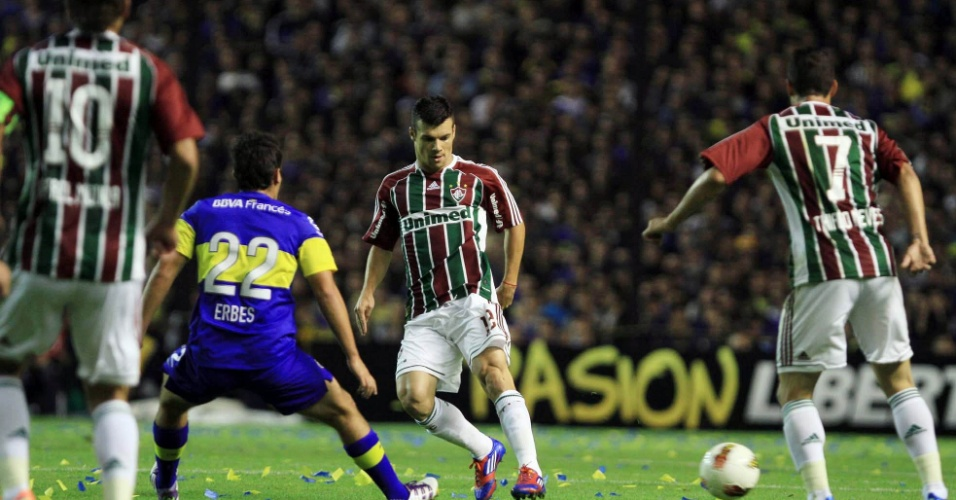 Wagner e Thiago Neves tentam uma jogada ofensiva durante partida contra o Boca Juniors