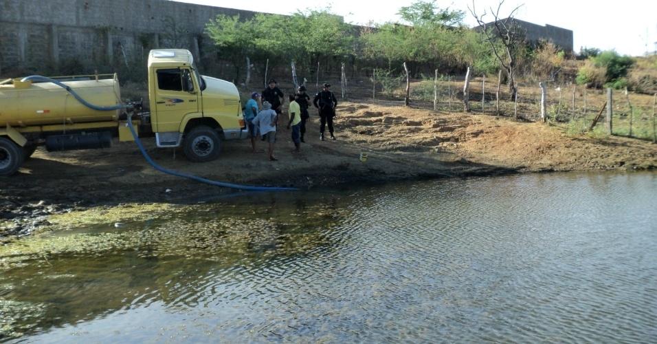 18.mai.2012 - Companhia Pernambucana de Saneamento flagra carro-pipa retirando irregularmente água da lagoa da comunidade Jacaré, em Ouricuri (PE)
