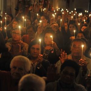 Grupo de católicos faz procissão em Paraty (RJ); de acordo com IBGE, o percentual de católicos no Brasil passou de 73,6% em 2000 para 64,6% em 2010
