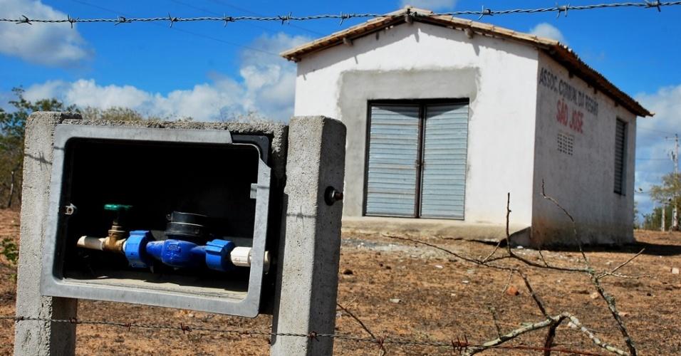 18.mai.2012 - Medidores e rede hidráulica estão instalados, mas água não chega aos moradores da comunidade de São José, em Poço Redondo (SE)