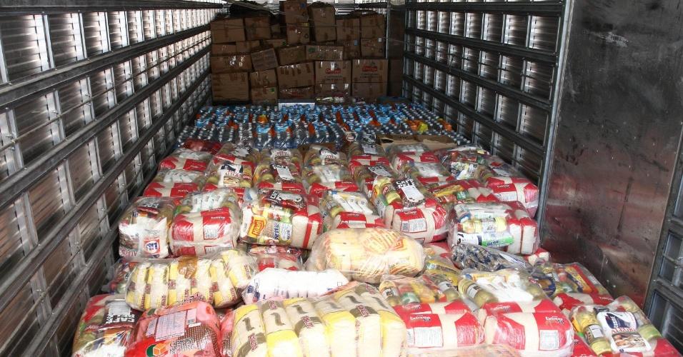 18.mai.2012 - Paulistanos fizeram doações de roupas e alimentos no bairro Artur Alvim, em São Paulo, para famílias que estão sofrendo com a seca na Bahia,