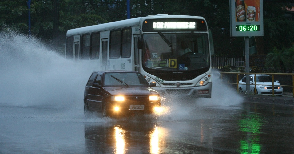 18.mai.2012 - Salvador amanheceu com chuva, que provocou pontos de alagamento e deixou o tr&#226;nsito lento em v&#225;rias partes da capital baiana