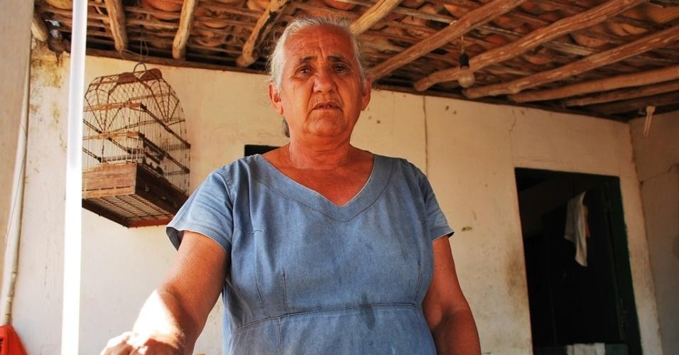 18.mai.2012 - Zélia Bezerra da Silva, 66, reclama que não recebe água encanada há quase dois anos na comunidade de São José, em Poço Redondo (SE)