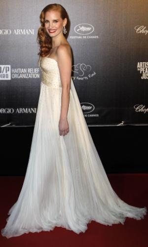 """A atriz Jessica Chastain posa na chegada ao evento beneficente """"Haiti: Carnaval em Cannes"""", durante o Festival de Cannes 2012 (18/5/2012)"""