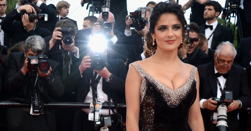 A atriz Salma Hayek exibe decote no tapete vermelho da estreia do filme &#34;Madagascar 3: Os procurados&#34; em Cannes (18/5/12)