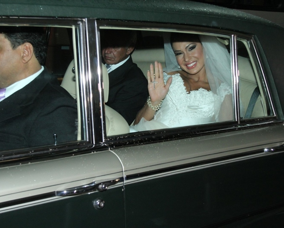A dançarina Gracyanne Barbosa chega a Igreja da Candelária em um modelo Rolls Royce (18/5/2012). Gracyanne se casa com o cantor Belo nesta sexta na cerimônia religiosa, o casal já é casado no civil desde junho de 2011