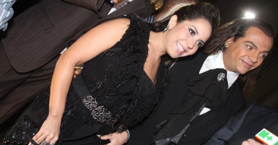 Acompanhada do cabeleireiro Flávio Priscot, a dançarina Renata Frisson (Mulher Melão) chega para o casamento de Belo e Gracyanne no Rio de Janeiro, na Igreja da Candelária (18/5/2012)