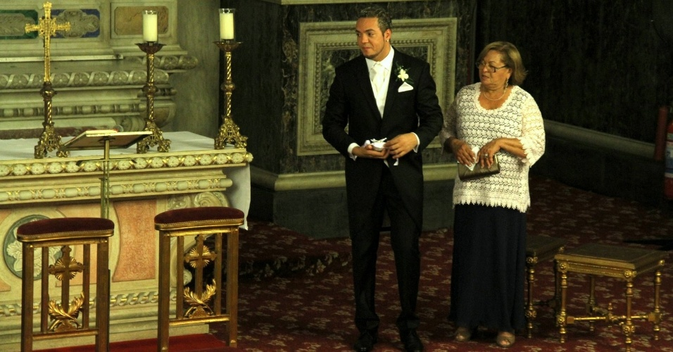 Acompanhado da mãe, Dona Teresinha, Belo aguarda a chegada da noiva Gracyanne Barbosa ao altar (18/5/2012). É o segundo casamento do músico, que já foi casado com a modelo Viviane Araújo