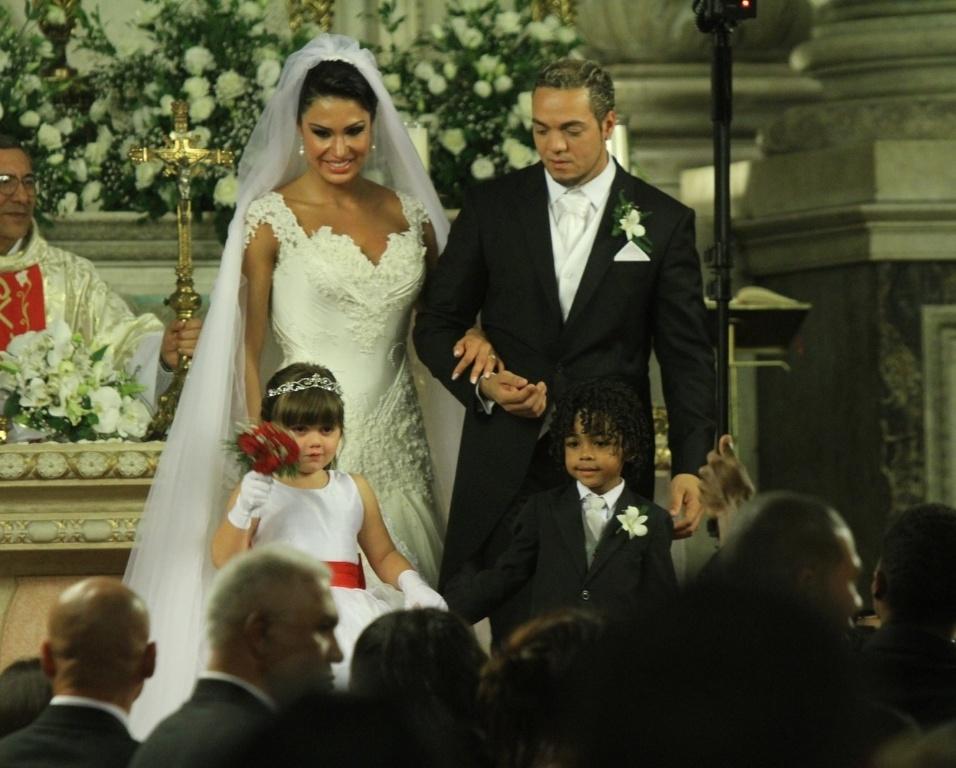 Acompanhados da dama de honra e do pajem da cerimônia, Belo e Gracyanne se preparam para deixar a Igreja da Candelária (18/5/2012)