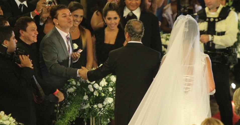 Animado, o promoter David Brazil manda beijinhos em cumprimento ao noivo Belo na saída da Igreja da Candelária (18/5/2012)