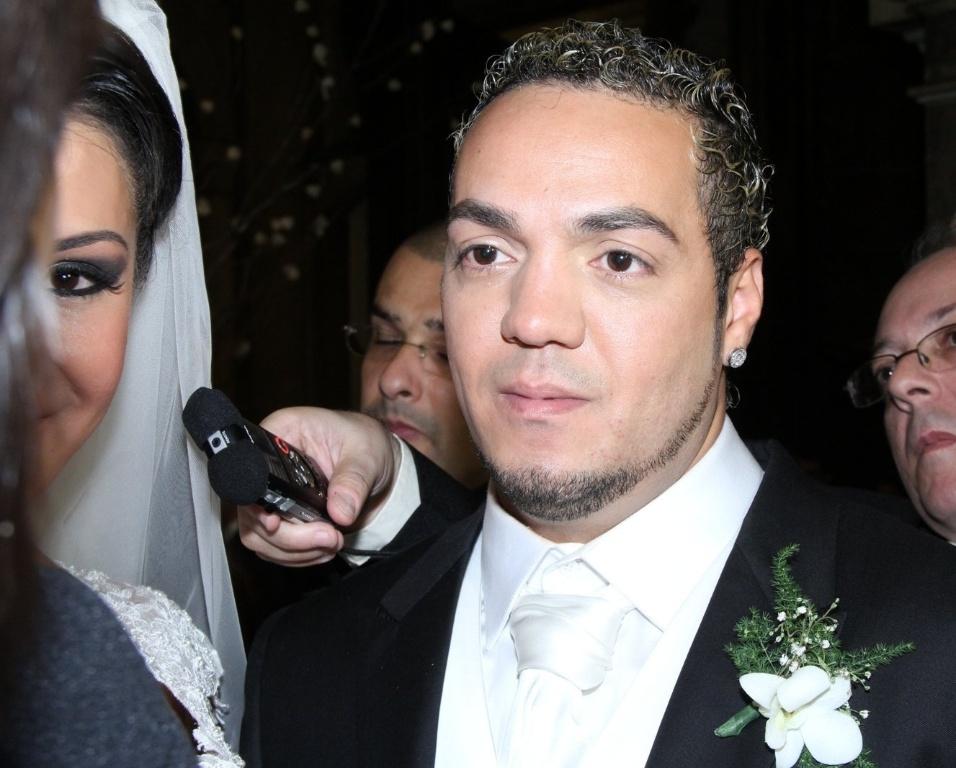 Belo concede entrevista no final de seu casamento com Gracyanne na Igreja da Candelária (18/5/20120
