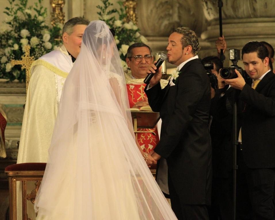 Belo e Gracyanne oficializam a relação em um evento religioso depois de cinco anos de namoro e um de casamento no civil
