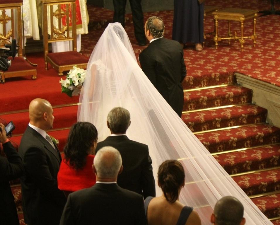 Belo e Gracyanne se encontram no altar para casamento religioso na Igreja da Candelária, no Rio de Janeiro (18/5/2012)