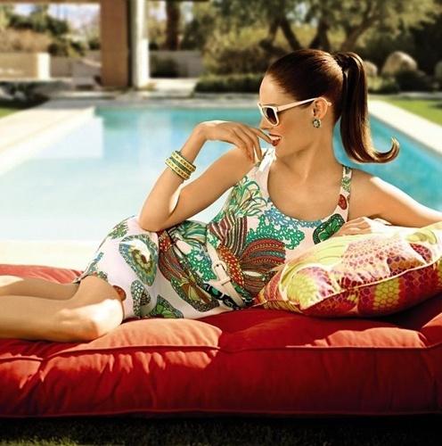 Coco Rocha em campanha da coleção de Trina Turk para a Banana Republic