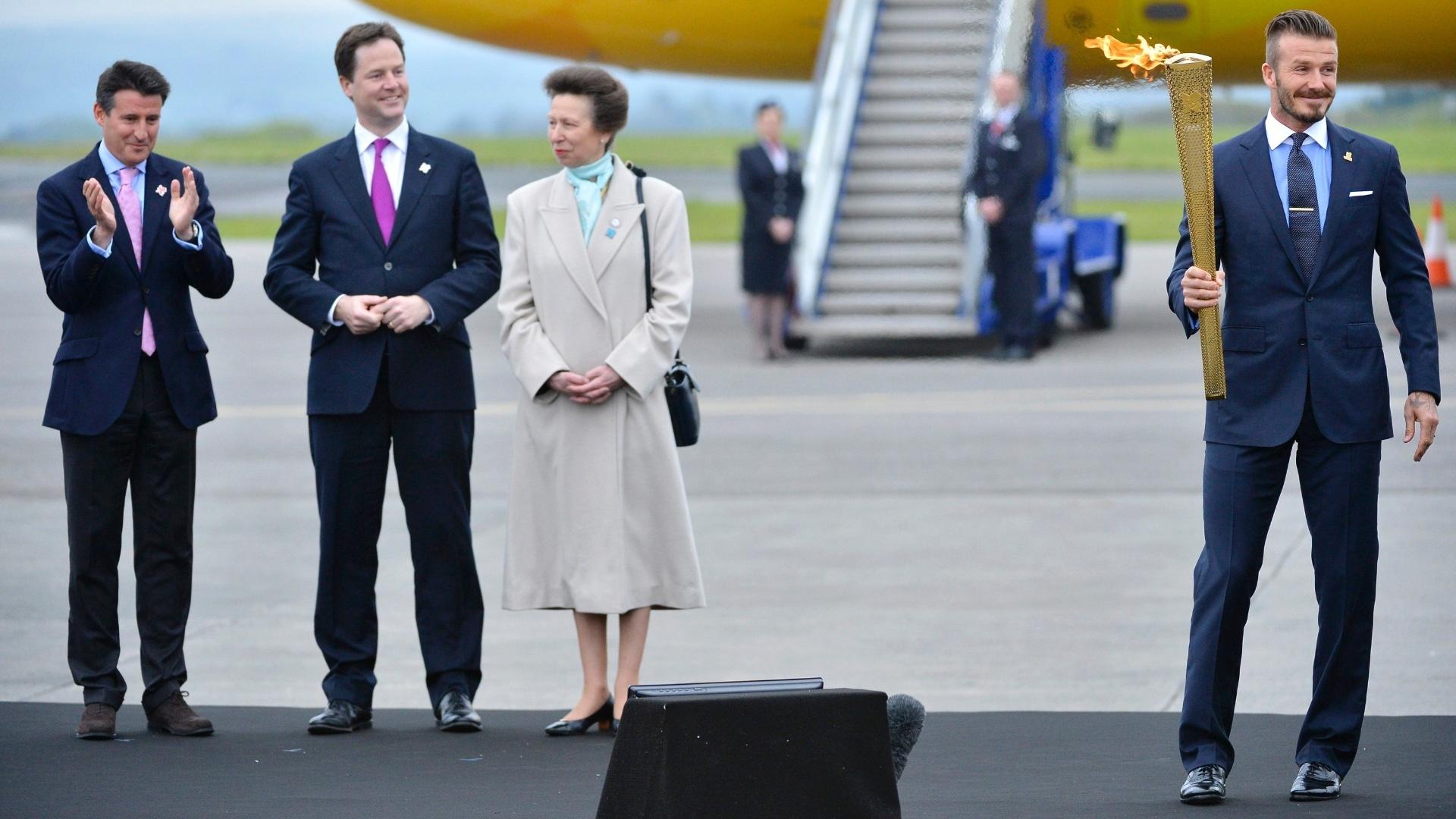 Da esquerda para a direita, Sebastian Coe, Nick Clegg, Princesa Ana e David Beckham, responsáveis por levar a tocha à Grã-Bretanha