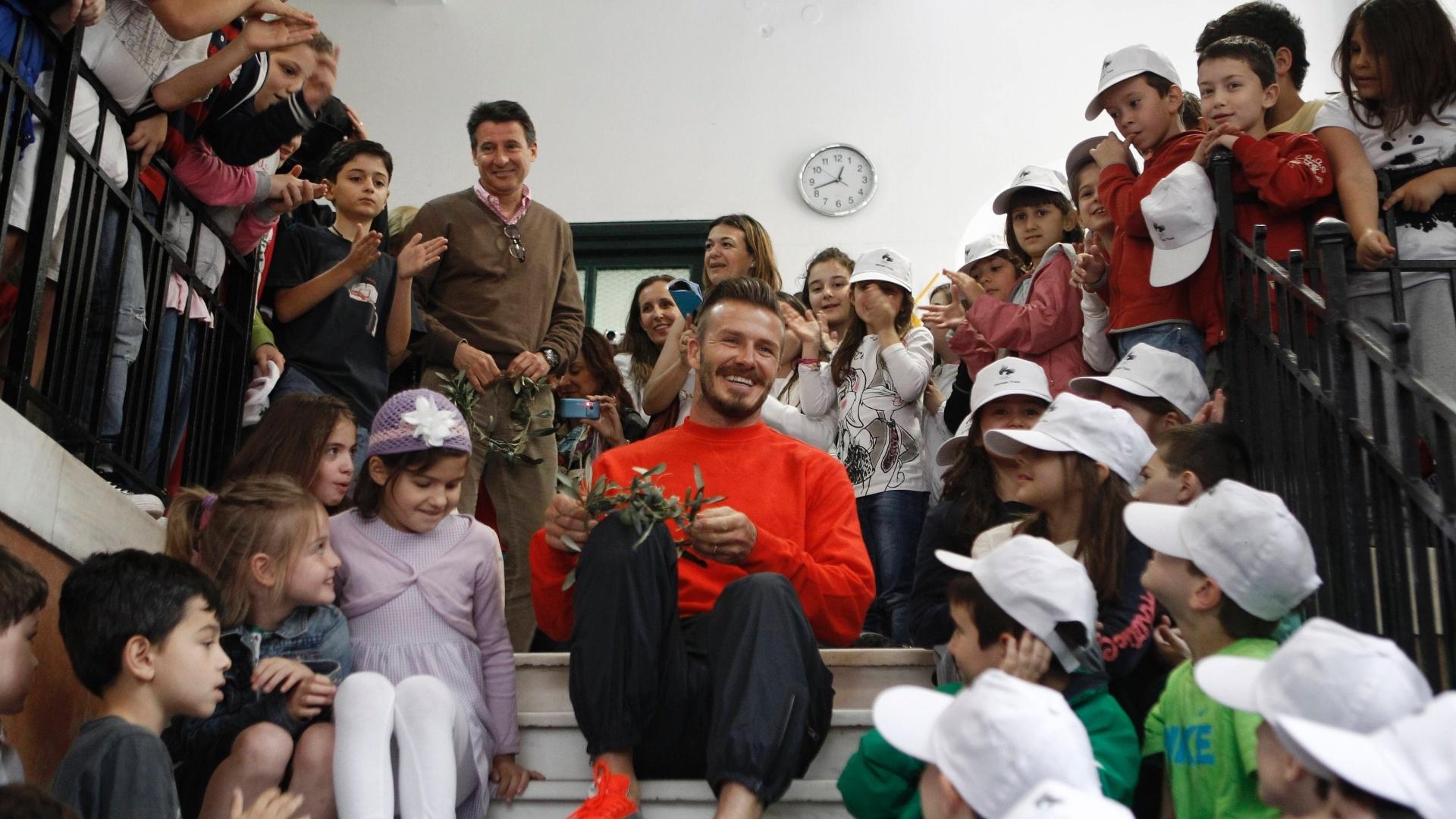 David Beckham visitou escola em Atenas, na Grécia, Jogador inglês irá conduzir o fogo olímpico dos Jogos de Londres