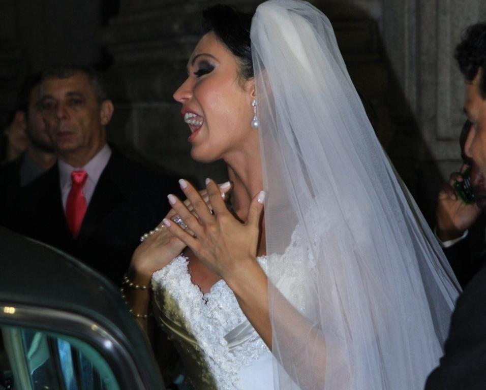 """""""É impossível controlar a emoção, esse é momento mais feliz da minha vida. Quero agradecer o carinho dos fãs que sempre estiveram com a gente"""", disse a noiva."""