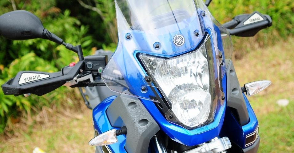 Farol da Ténéré é bastante eficiente e pode contar com protetor para uso off-road, como na unidade testada
