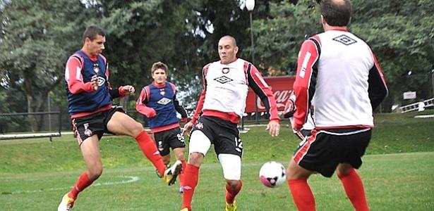 Fernandão (centro) participa de treino no Atlético-PR (18/05/2012)